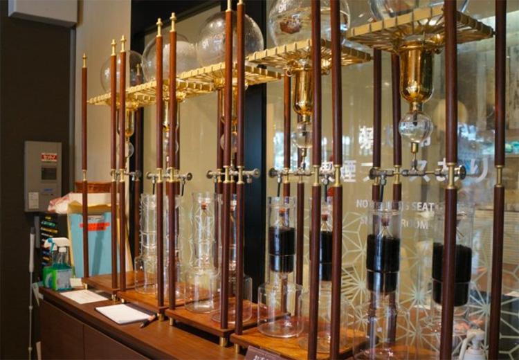 ダッチコーヒーの器具。レジ横に展示されています。
